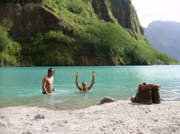 mtpinatubo-crater-swimming1